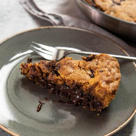 Keks pečen u tavi s komadićima čokolade i krem namazom